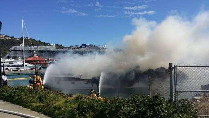 Яхта вартістю 2,5 мільйона згоріла вщент в Карибському морі (17 фото)