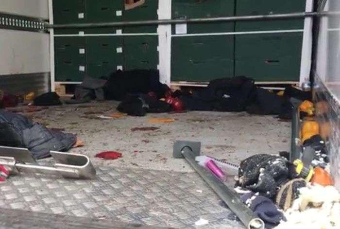 Поліція Великобританії зупинила вантажівку з 26-ю біженцями (4 фото)