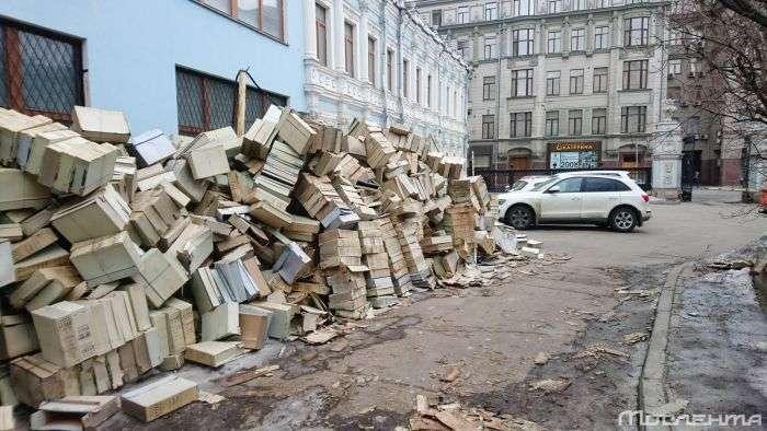 У центрі Москви викинули документи з центрального архіву КДБ (2 фото)