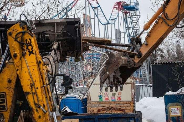 У Москві на ВДНГ зносять знамените 73-метрове колесо огляду (11 фото)