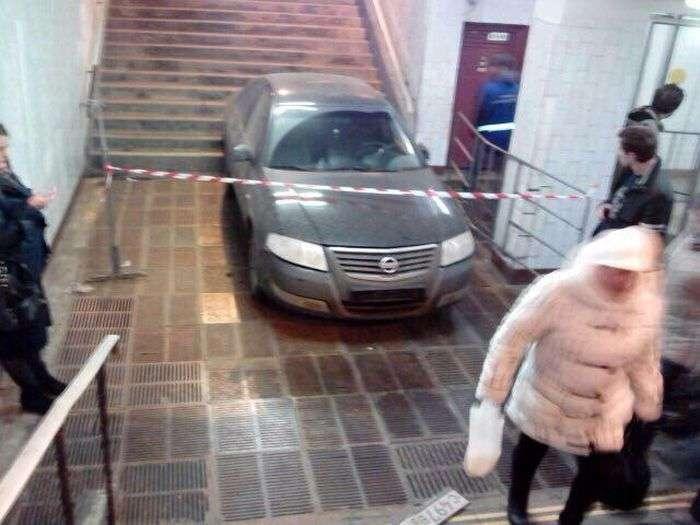 У Москві автомобіль скотився в підземний перехід метро «Профспілковий» (5 фото)