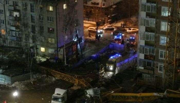 У Єкатеринбурзі баштовий кран впав на житловий будинок (5 фото)