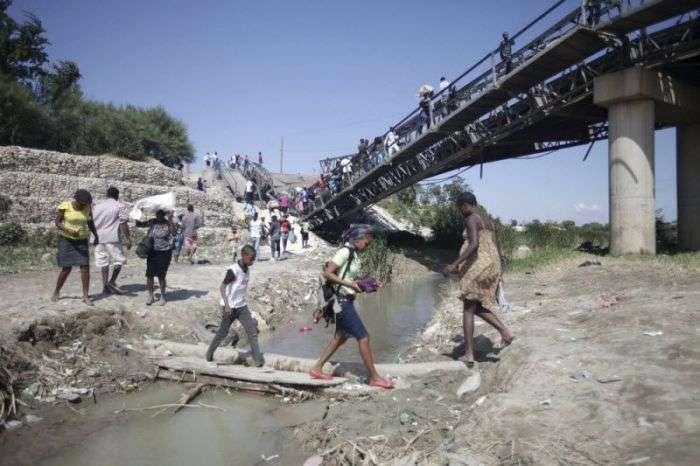Безстрашні жителі Гаїті користуються обвалившимся мостом (7 фото)