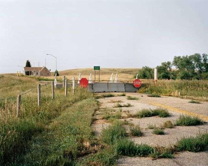 Незвичайні фото кордону між США і Канадою (16 фото)
