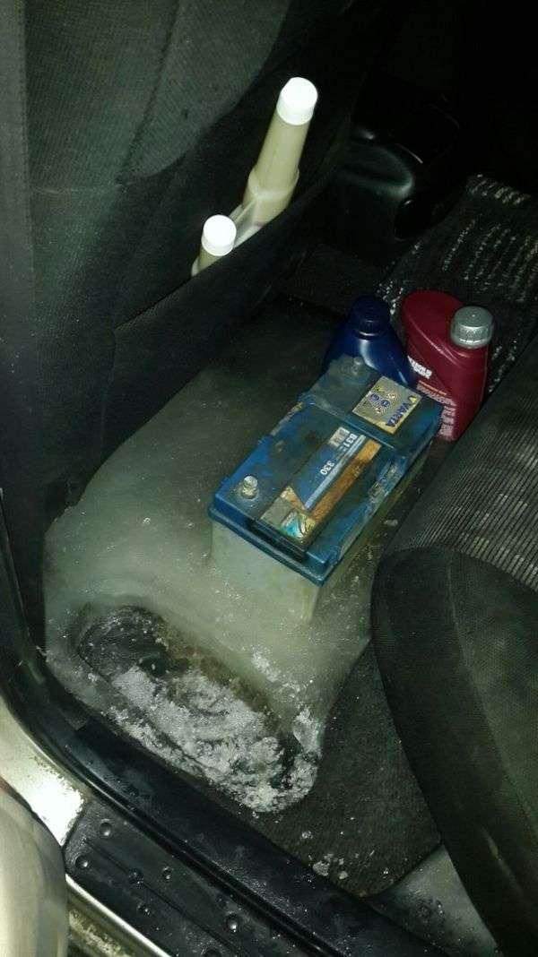 Саратовські комунальники вморозили автомобіль в лід (6 фото)