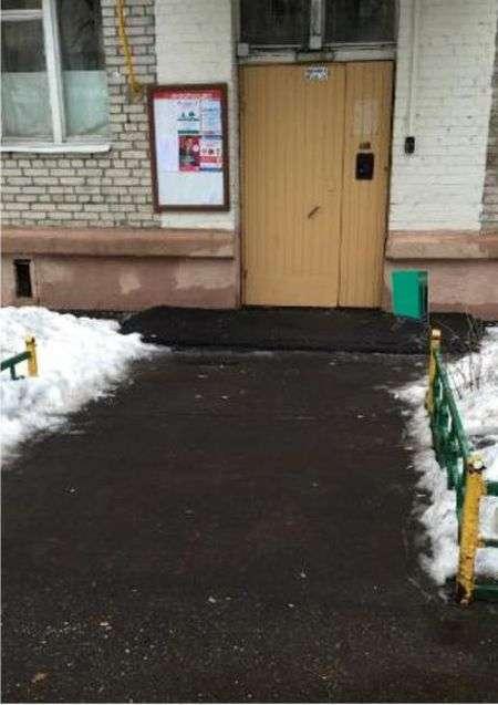 Московські чиновники «встановили» зниклу урну в фотошопі (2 фото)
