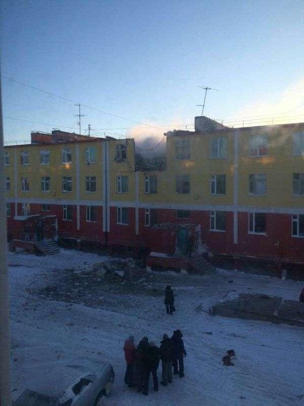 На Чукотці в результаті вибуху обвалився дах багатоквартирного будинку (4 фото + відео)