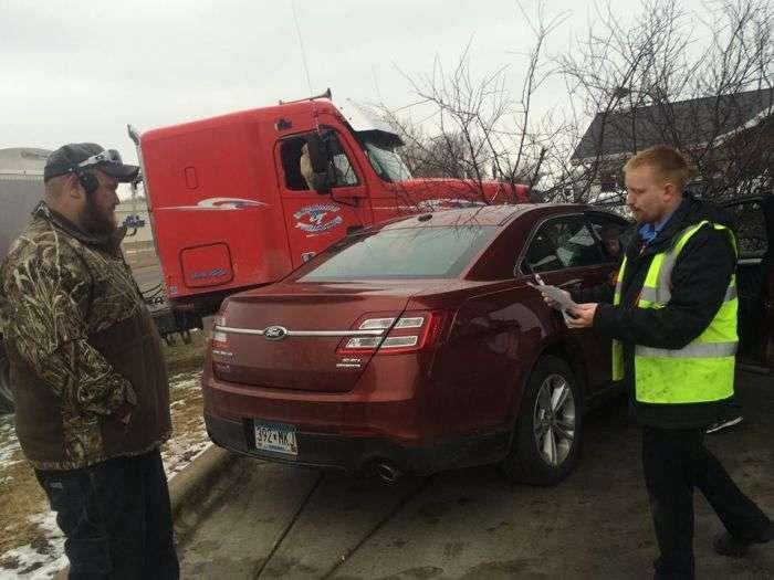 У США пес за кермом вантажівки влаштувала ДТП (3 фото)