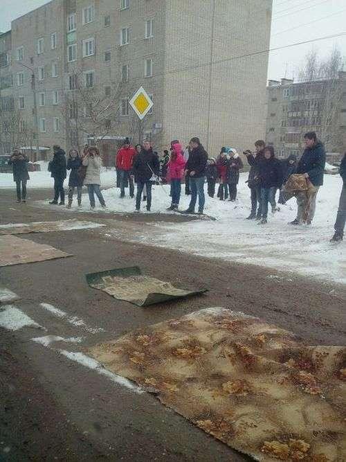 У Кіровській області дорожні ями застелили килимами (3 фото)