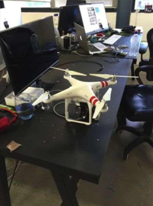 Втратив контроль дрон залетів у квартиру (3 фото + відео)