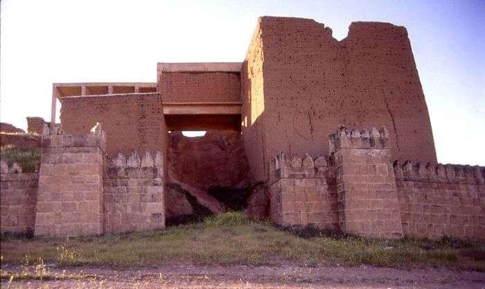 В Іраку бойовики ИГИЛ підірвали древній храм «Ворота Бога» (2 фото)
