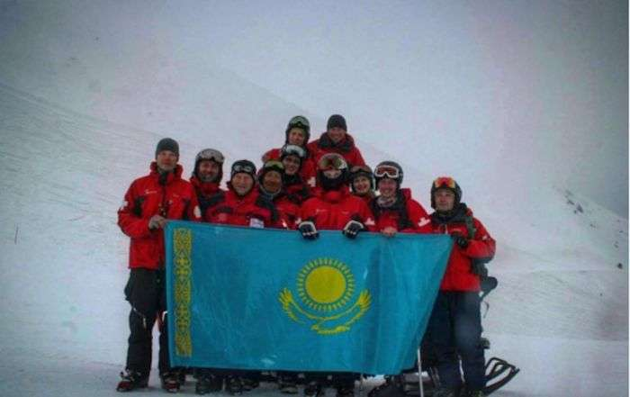 Одноногий хлопець рятує туристів на гірськолижному курорті Казахстану (7 фото)