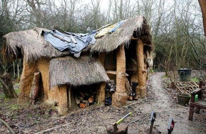 Британського бездомного, який побудував мазанку в лісі, виганяють з дому (9 фото)