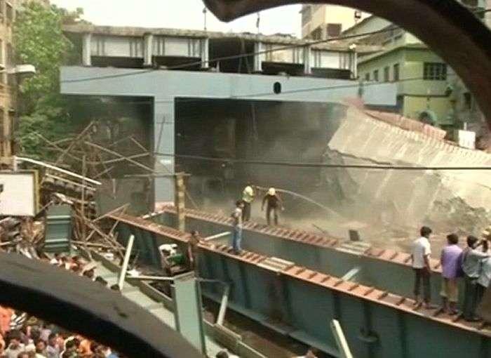 В Індії обвалився будується естакада, є жертви (8 фото + відео)