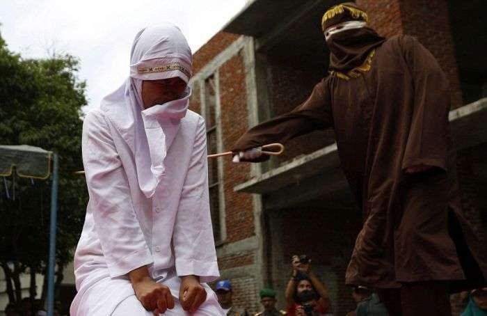 В Індонезії дівчину публічно покарали за секс поза шлюбом (4 фото)