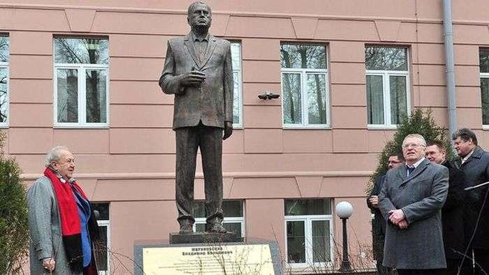 У Москві зявився бронзовий памятник Володимиру Жириновському (4 фото)