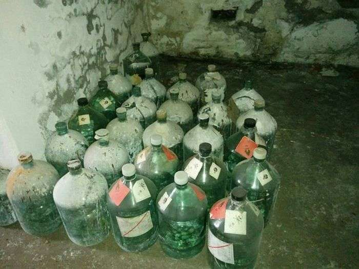 У Санкт-Петербурзі виявили старий склад хімпосуду (12 фото)