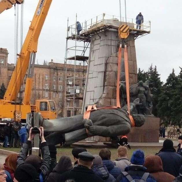 У Запоріжжі знесли найбільший на Україні памятник Леніну (5 фото)