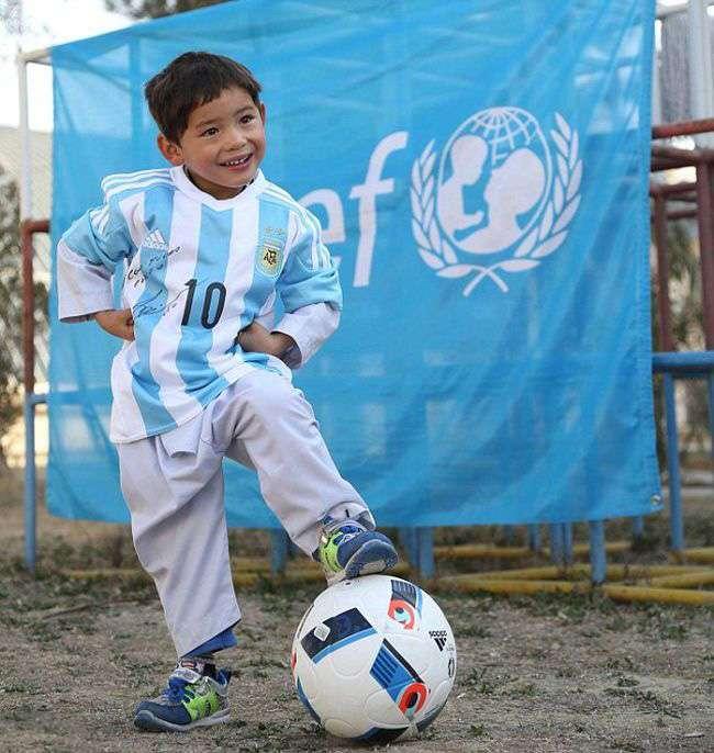 Хлопчик у футболці з поліетиленових пакетів отримав футболки від Ліонеля Мессі (7 фото)
