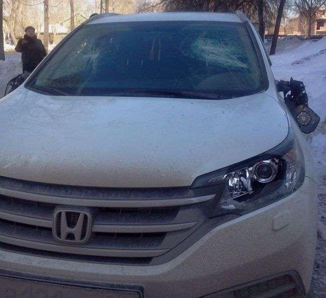 У Єкатеринбурзі за паркування на тротуарі пошкодили автомобіль (3 фото)