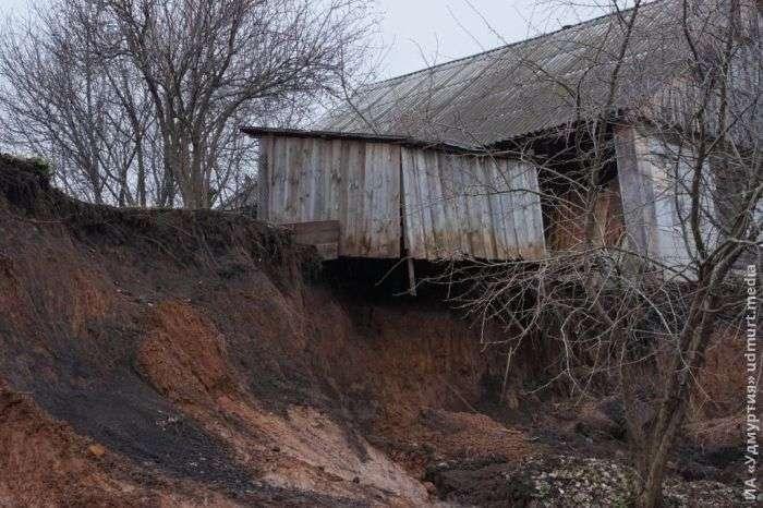 Село Докша під Іжевському плавно сповзає в річку (11 фото + 2 відео)