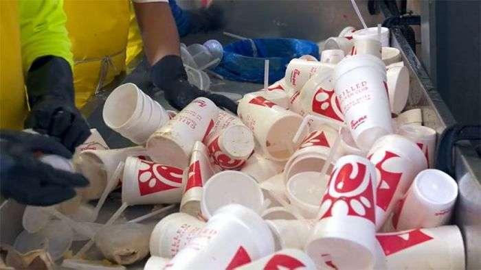 Як роблять паркові лавки з одноразового пластикового посуду (12 фото)