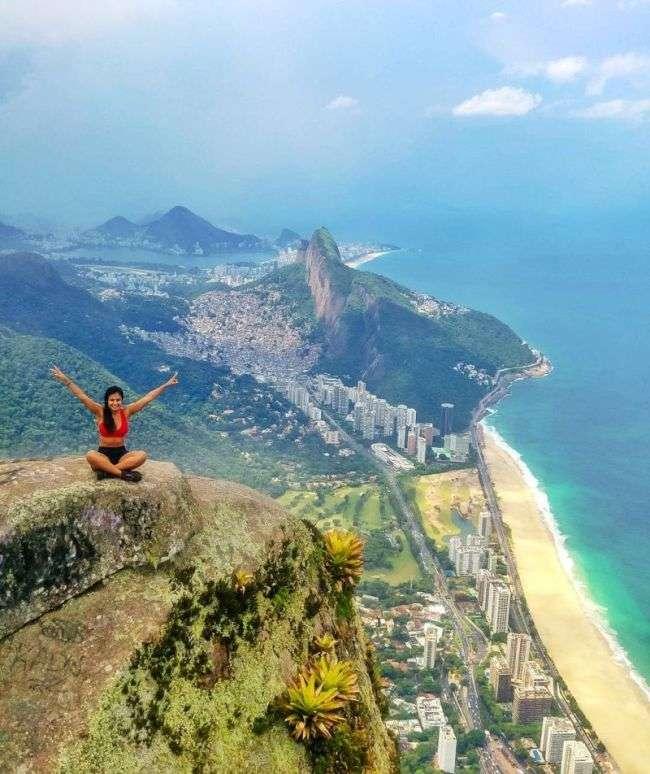Фото безстрашних туристів на скелі Педра-так-Гавеа в Бразилії (6 фото)