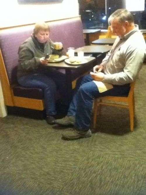 Люди старшого покоління і сучасні телефони (18 фото)