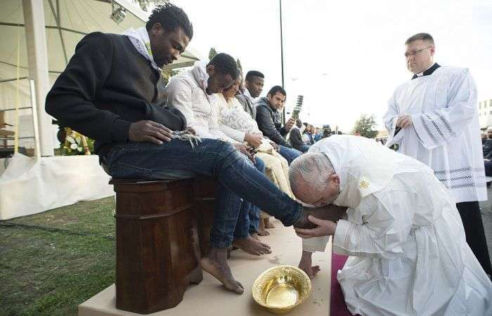 Папа Римський Франциск омив ноги біженцям (6 фото)