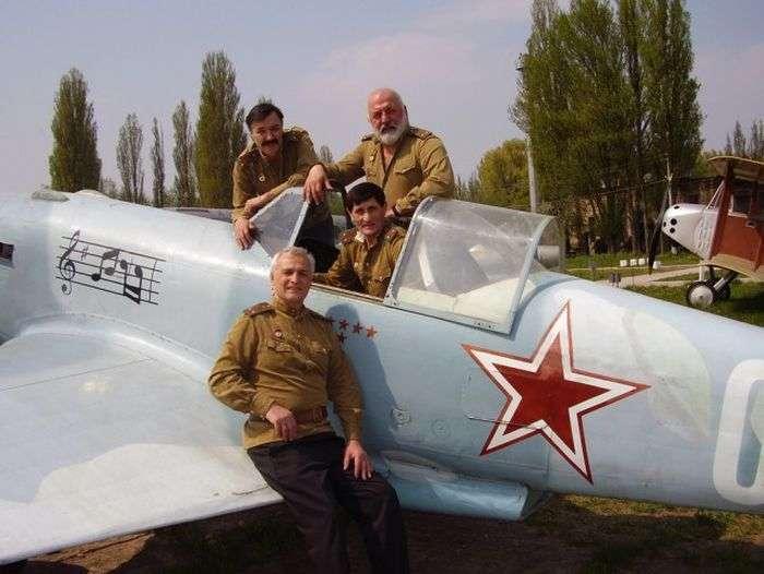 Музична ескадрилья з кінострічки «В бій ідуть одні старики» 42 роки (4 фото + відео)