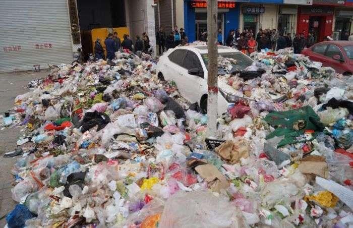 Китайські сміттярі по-своєму провчили автомобіліста (5 фото)