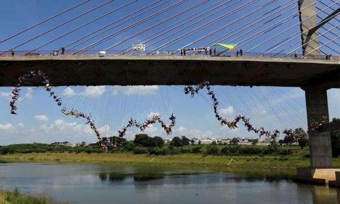Бразильські екстремали спробували здійснити масовий стрибок у роупдажмпинге (8 фото)