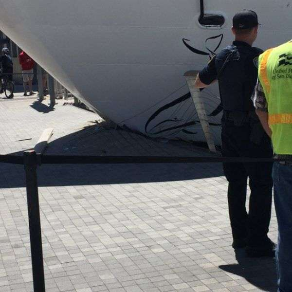 У Сан-Дієго круїзний лайнер врізався в пристань (4 фото + відео)