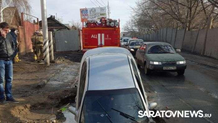 У Саратові автомобіль провалився у величезну яму на дорозі (6 фото)