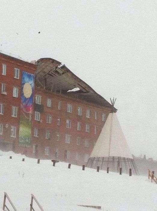 В Дудінці штормовий вітер зірвав дах з житлового будинку (5 фото + відео)