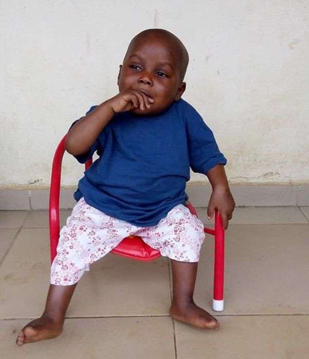 Безпритульний хлопчик, який страждав від недоїдання, пішов на поправку (10 фото)