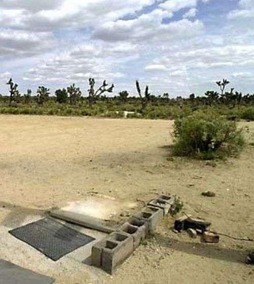 Самотня телефонна будка посеред пустелі Мохаве (4 фото)