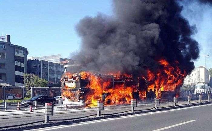У центрі Стамбула згорів автобус (3 фото + відео)