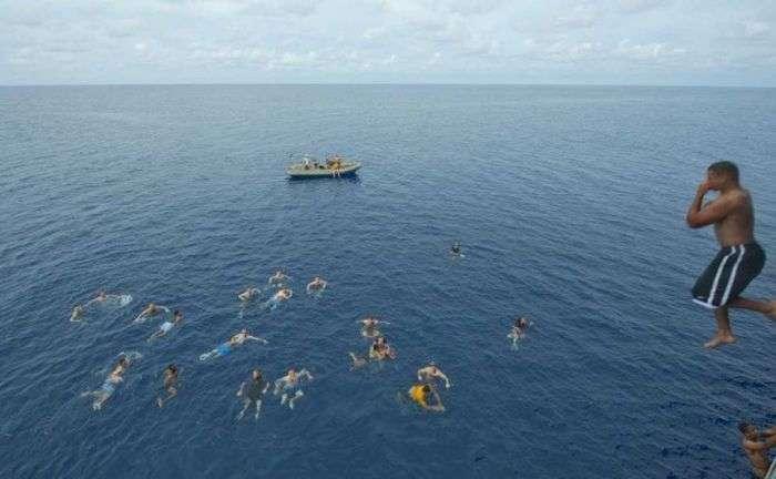 Відпочинок американських моряків у відкритому морі (21 фото)