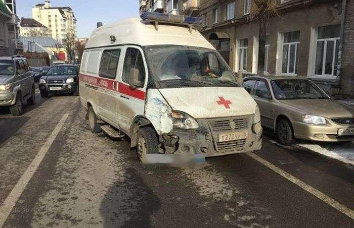 У Воронежі пяний водій швидкої допомоги протаранив шість автомобілів (6 фото + відео)