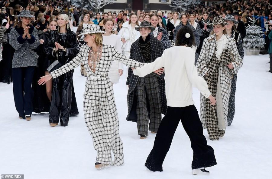 Пенелопа Крус приняла участие в показе Chanel cara delevingne