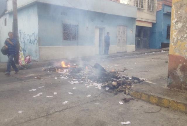Жители Венесуэлы выбрасывают на улицу обесцененную местную валюту Всячина