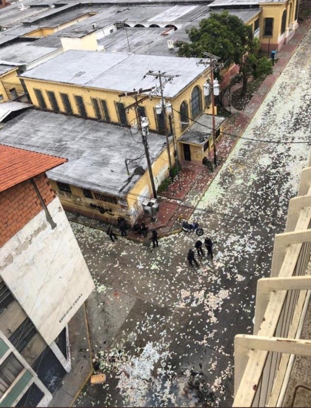 Жители Венесуэлы выбрасывают на улицу обесцененную местную валюту. МиР