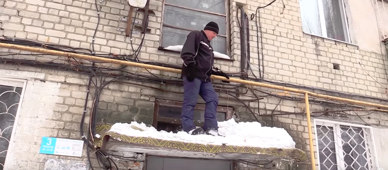 «А вот снимать нас не надо!»: коммунальщики побили журналиста лопатой за неудобные вопросы   Интересное