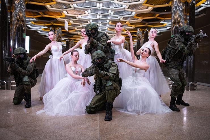 Праздничная фотосессия уральских военных с балеринами попала на страницы The Guardian