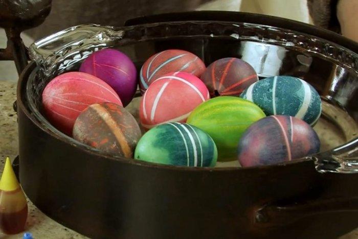 Обычные резинки и пара минут: как быстро и креативно раскрасить яйца к Пасхе красим яйца