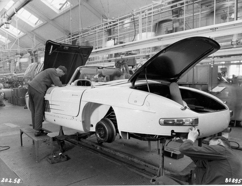 Ручная сборка родстеров Mercedes-Benz в 1958 году