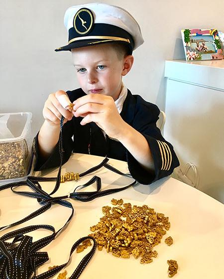 Все хотят ожерелье из макарон: как Меган Маркл помогла 6-летнему мальчику превратить хобби в добрый бизнес Монархи / Британские монархи