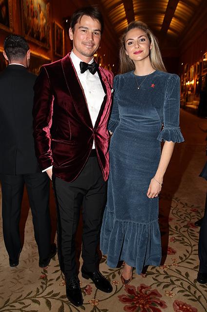 Амаль и Джордж Клуни, Бенедикт Камбербэтч, Люк Эванс и другие на приеме в Букингемском дворце Красная дорожка