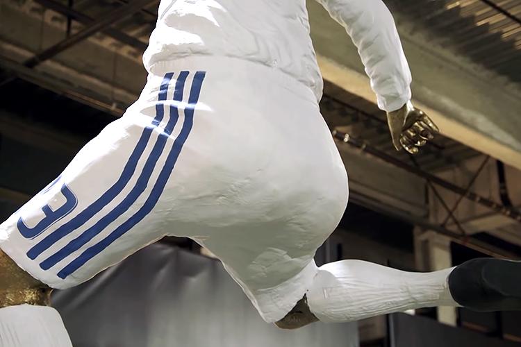 Джеймс Корден феерично разыграл Дэвида Бекхэма накануне открытия его статуи: видео дня